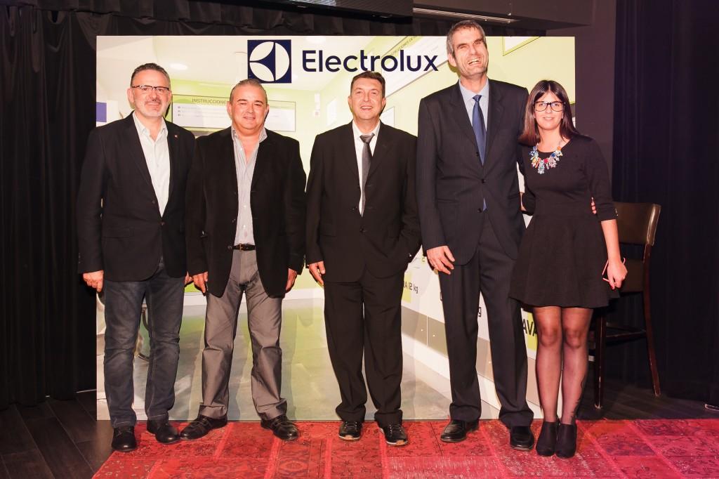 La dirección de Colada Expres y Electrolux, junto a miembros del equipo.