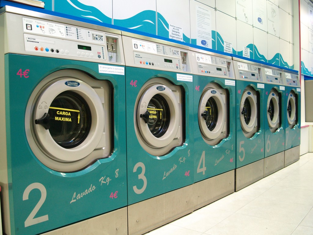 Lavandería de autoservicio 'Ondablue', con maquinaria Electrolux